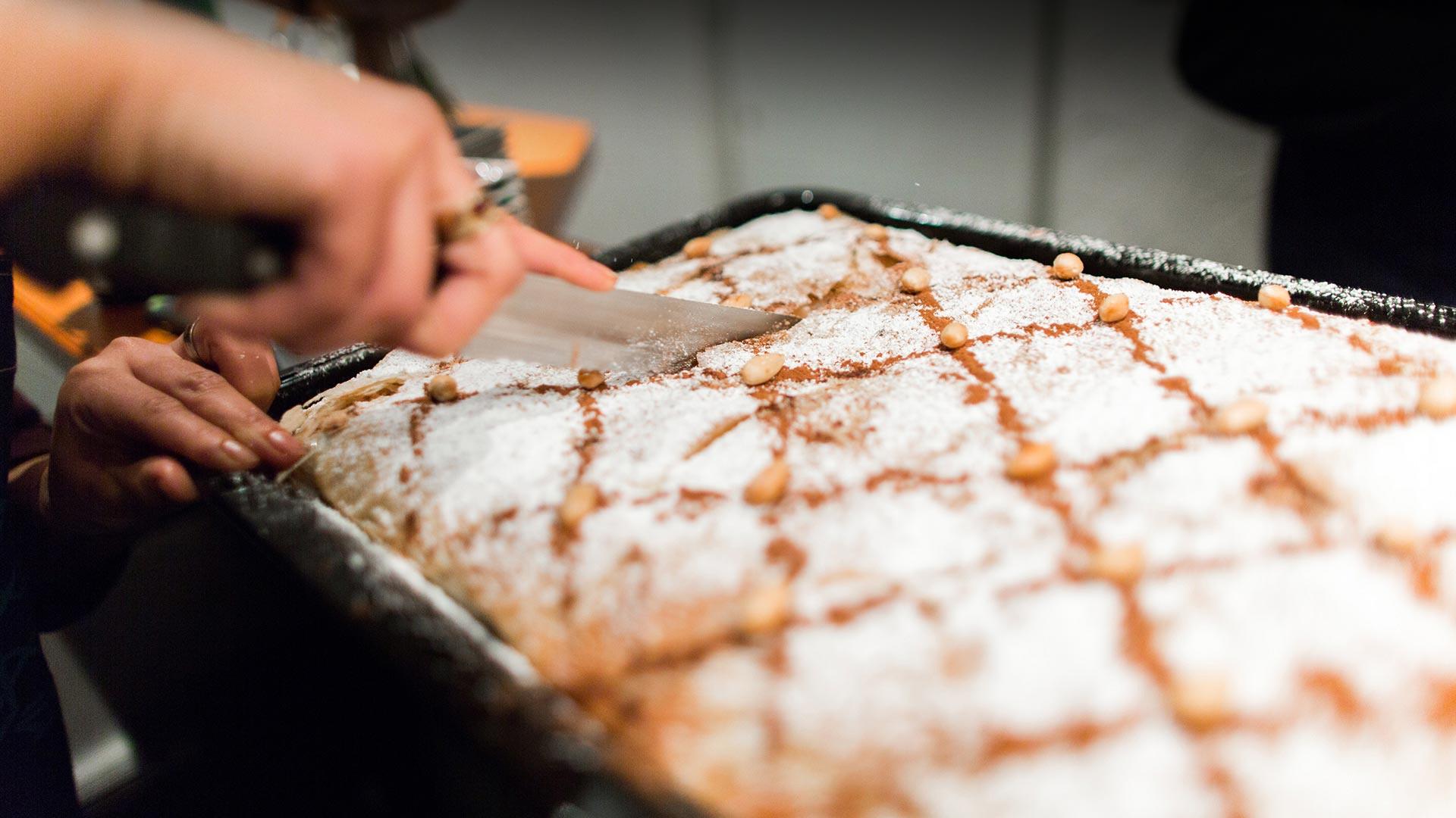 Süßes Gebäck wird geschnitten