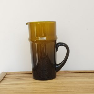 kessy-beldi-glaskaraffe-aus-recyceltem-glas-braun.jpg